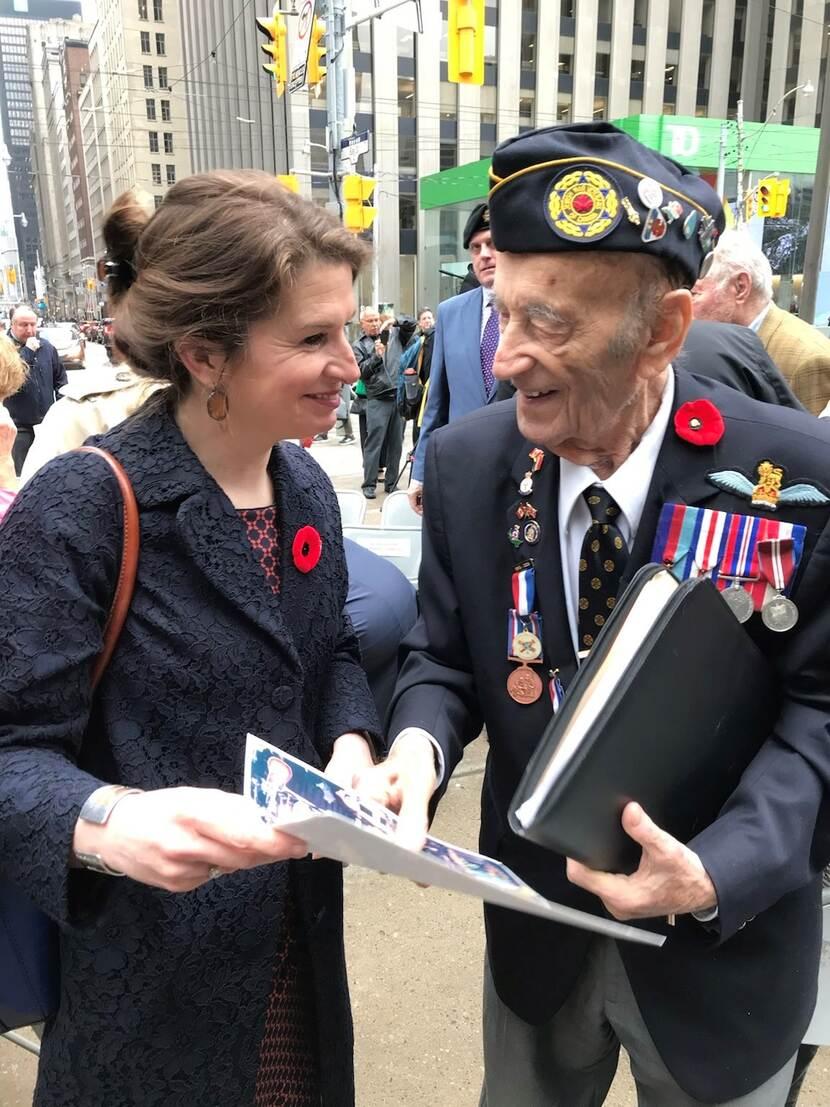Ambassade-generaal Anne Le Culleck met de Canadese soldaat op Memorial Day